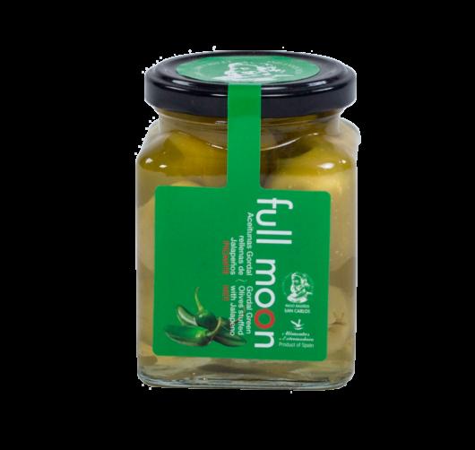 Tulinen jalopeno kruunaa tämän Gordal oliivin. Käytä rohkeasti ruuanlaitossa esim. grillivartaissa tai padoissa. Muista tämä on tulinen.