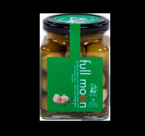 Espanjalaiset valkosipuli oliivit. Kokonaiset manzilla oliivit maustetuna valkosipulilla ja rosmariinilla.